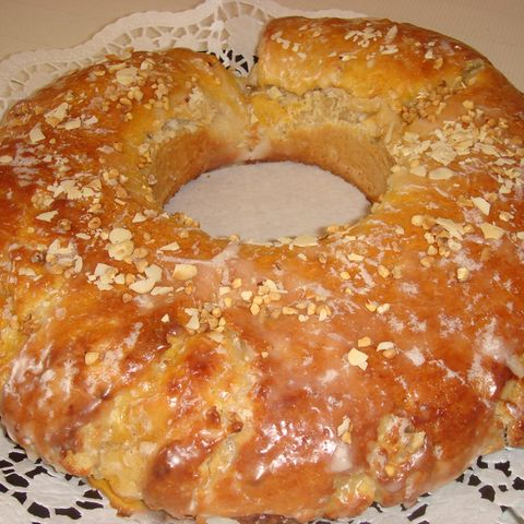 Gefüllter Osterkranz mit Marzipan