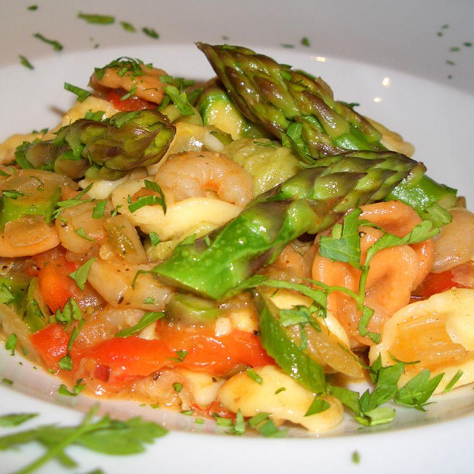 Bunte Orecchiette mit grünem Spargel, Shrimps und Speck