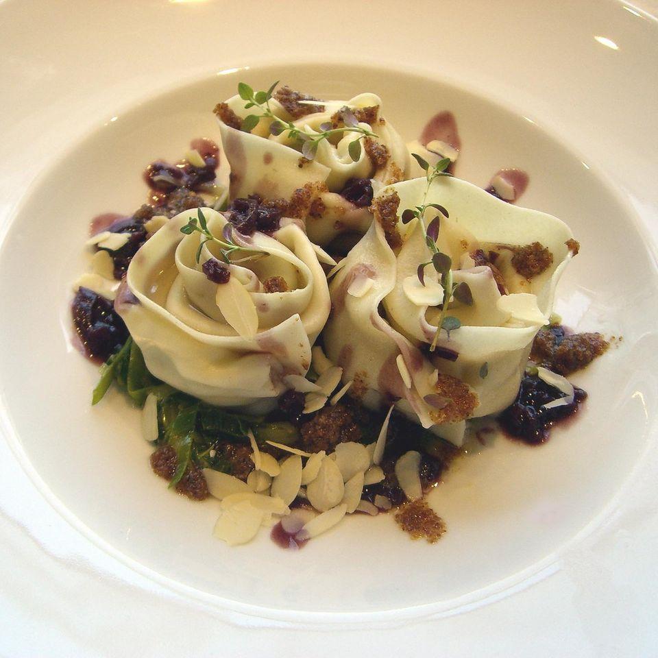Cannelloni vom Allgäuer Almkäse mit Lauch und Mandeln an Rotweinsauce