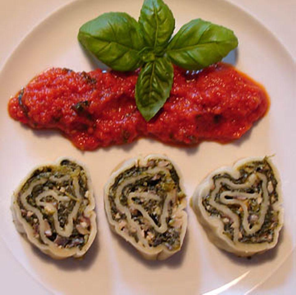 Nudelrolle mit Tomaten-Basilikum-Sauce