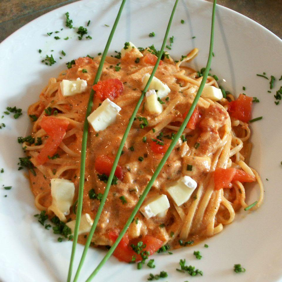 Linguine mit würziger Camembert-Tomaten-Sauce