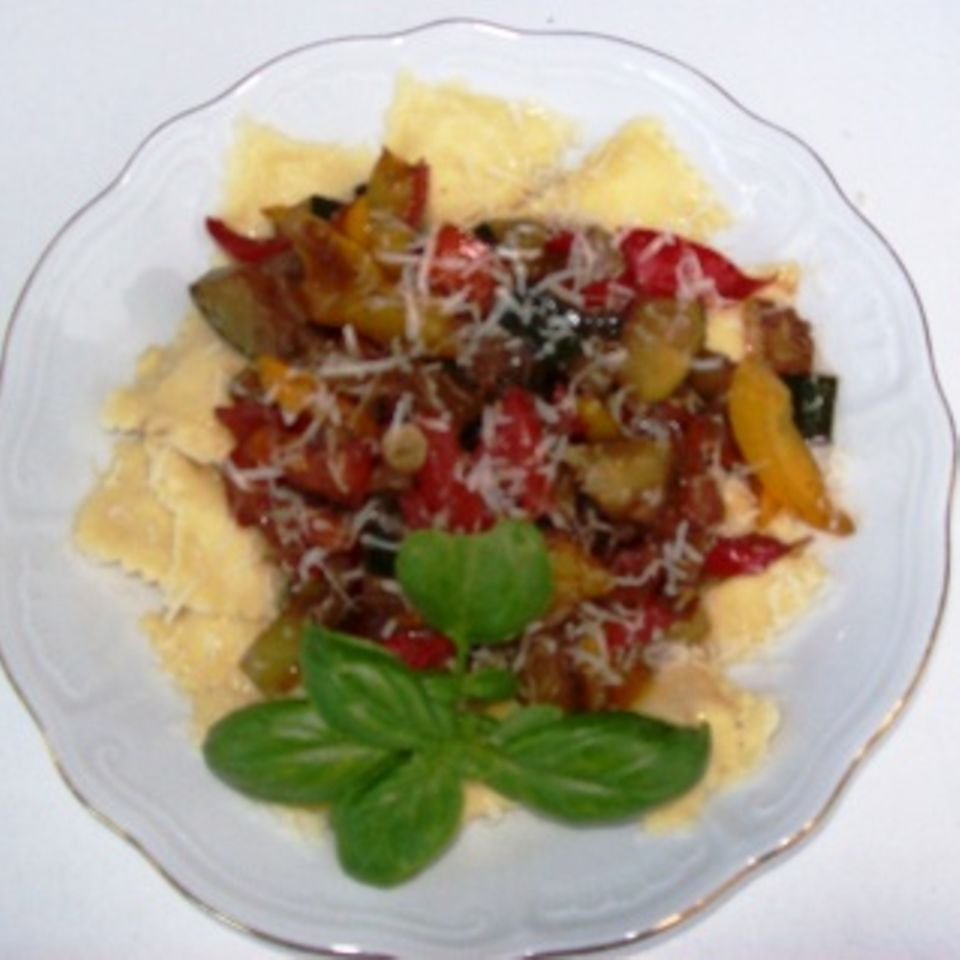 Ravioli mit Schafskäsefüllung und Balsamico-Gemüse, vegetarisch