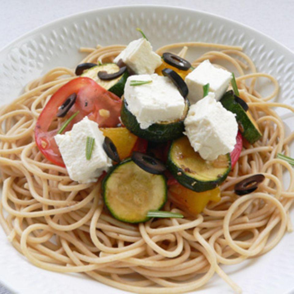 Vollkornspaghetti zu mediterranem Gemüse und Feta