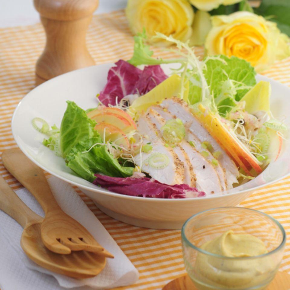 Bunter Salatteller mit gebratener Hühnerbrust und aromatischem Topping
