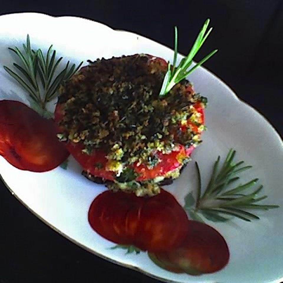 Auberginenburger mit gekräuterter Tomatenhaube