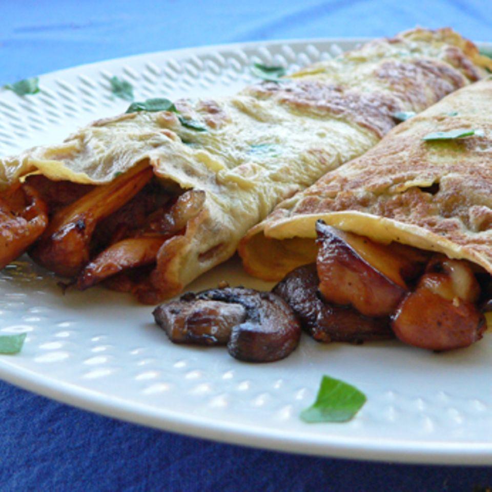 Pfannkuchen zu gebratenen Pfifferlingen und Champignons und Steinpilzsößchen