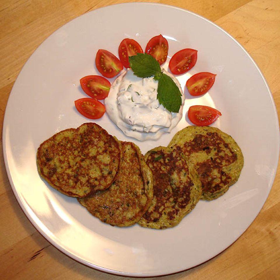Zucchinipfannkuchen mit Minze