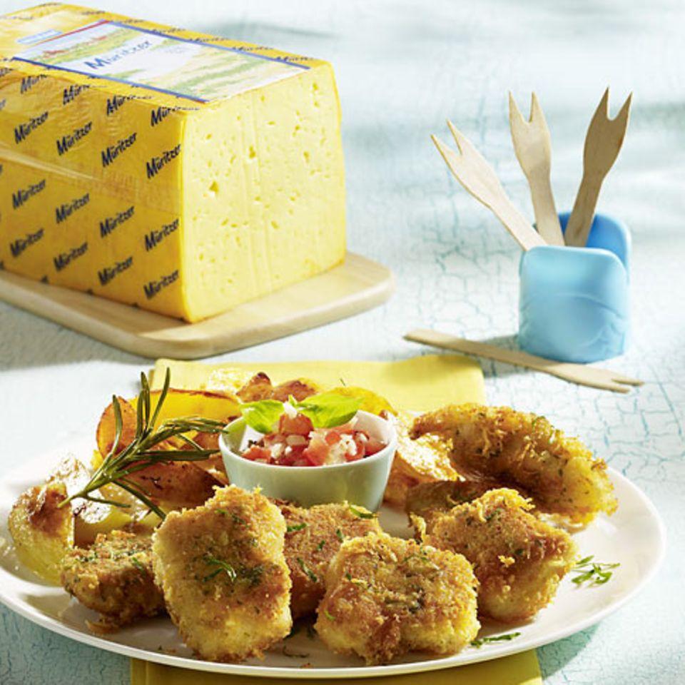 Chicken Nuggets mit Käsepanade, Kartoffelspalten und Tomaten-Salsa