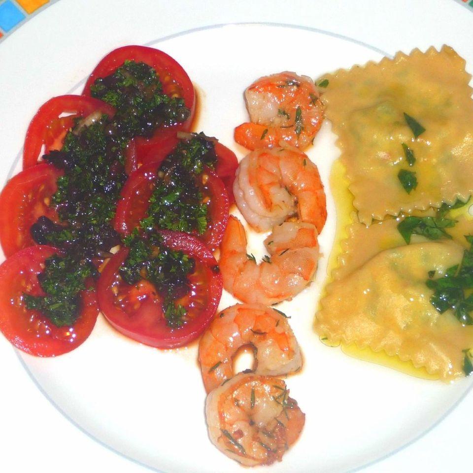 Ravioli mit Garnelen und Tomatensalat