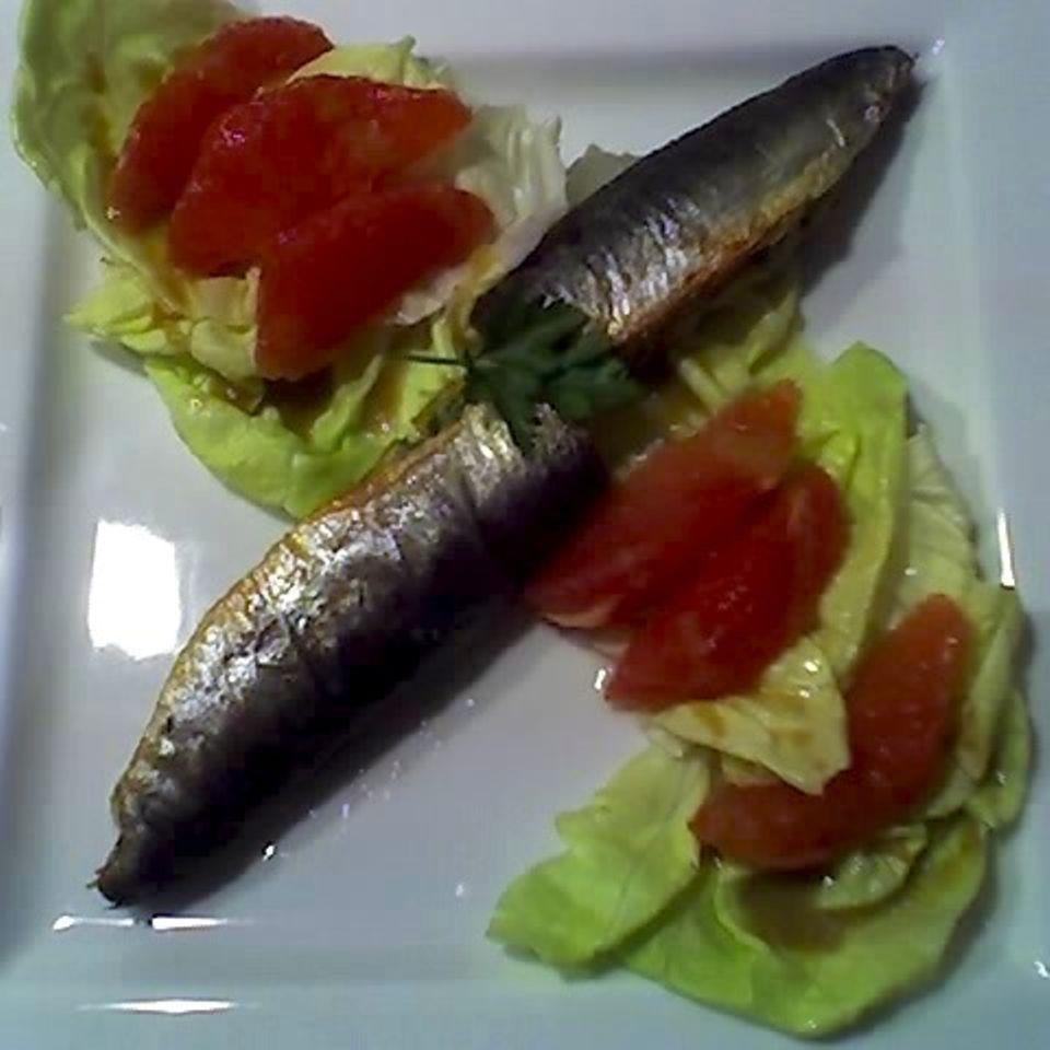 Gefüllte Sardinen und Grapefruits mit Salat