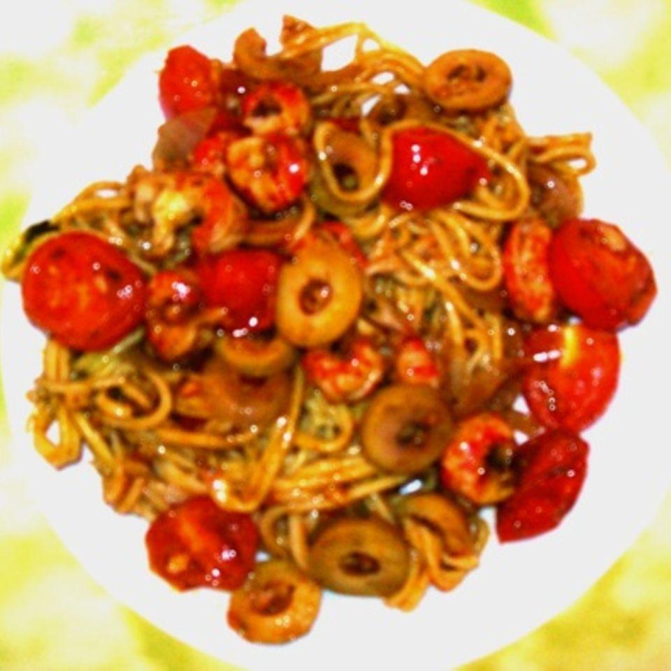 Spaghetti mit Tomaten, Oliven und Flusskrebsschwänzen
