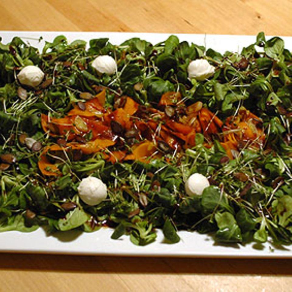 Feldsalat mit Kürbis und Rucolakeimlingen