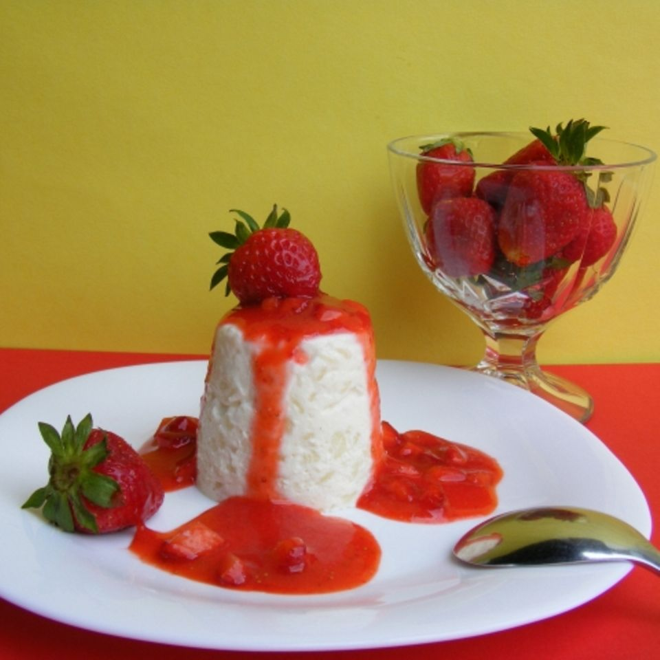 Sahniger Reispudding mit Erdbeersauce