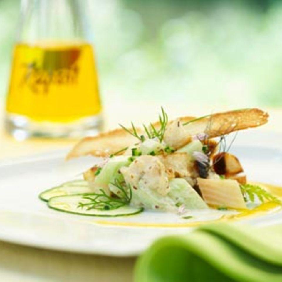 Brotsalat mit geräucherter Forelle, Freilandgurke und Kapern-Rapsölmajonäse