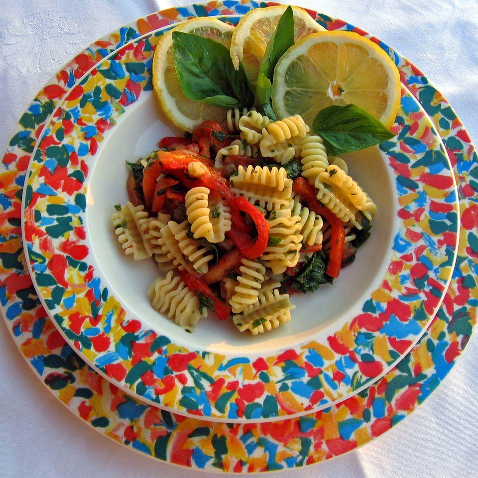Pasta fredda ai profumi di Sicilia (Nudelsalat mit Zitruspesto, Tomaten und Paprika)