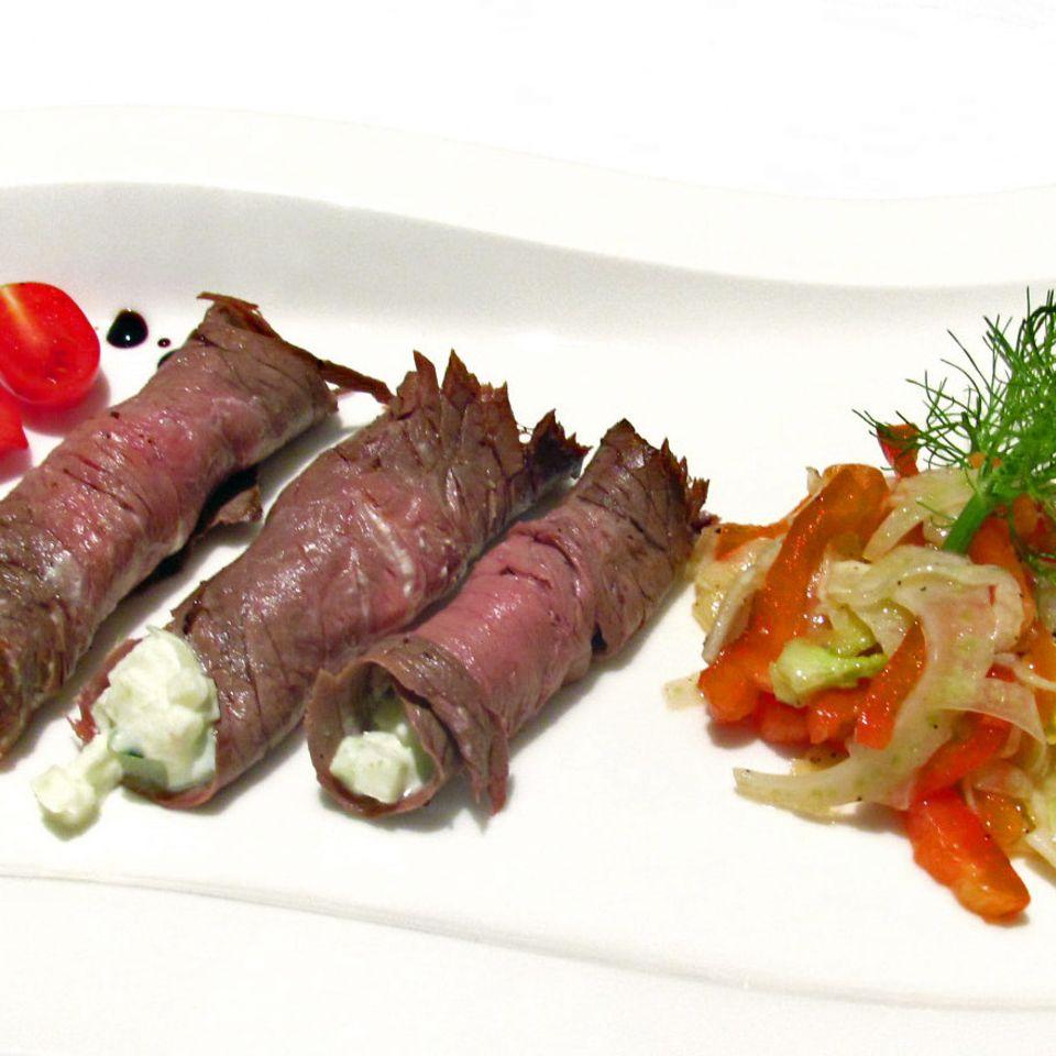 Roastbeef-Röllchen mit fruchtig-scharfer Füllung an Paprika-Fenchel-Salat