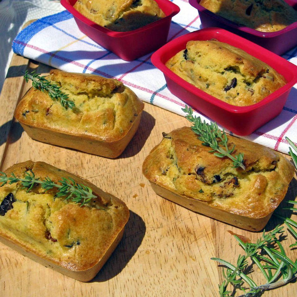Tortine con olive, pomodori secchi, timo e rosmarino - Minitörtchen mit mediterranen Aromen