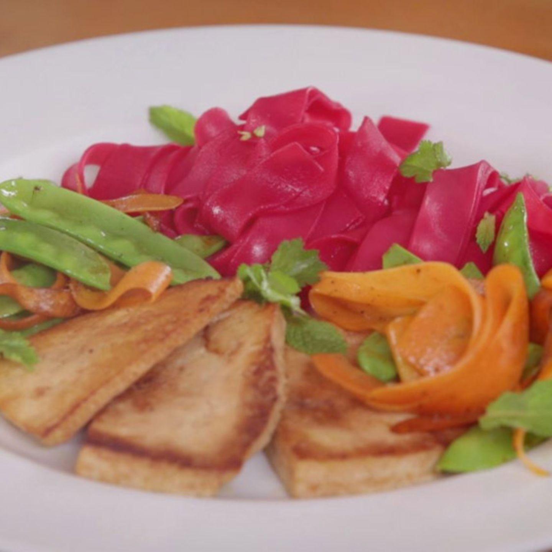 Rezept für Pinke Reisnudeln mit mariniertem Tofu und buntem Gemüse von Nicole Just