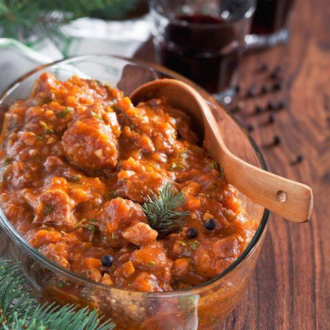 Wildschwein-Eintopf mit Tomaten und schwarzen Oliven