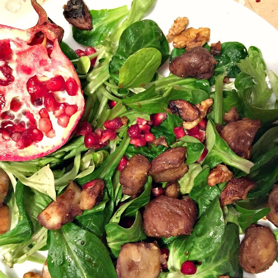 Feldsalat mit Granatapfel und karamellisierten Kastanien