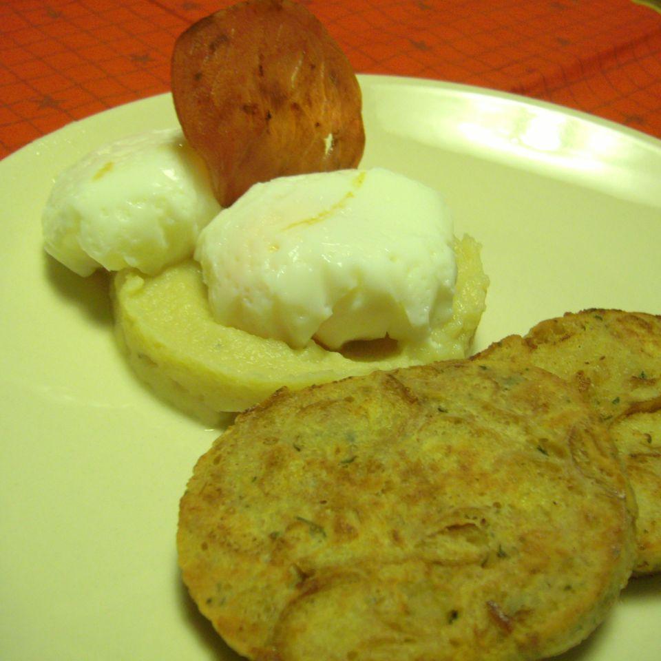 Pochierte Eier auf Selleriepüree mit gebratenem Serviettenkloß