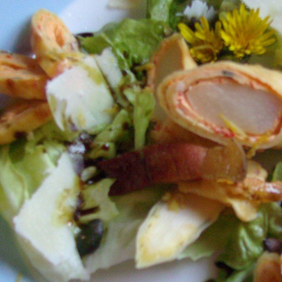 Spargel im Pfannkuchenteig auf grünem Salat
