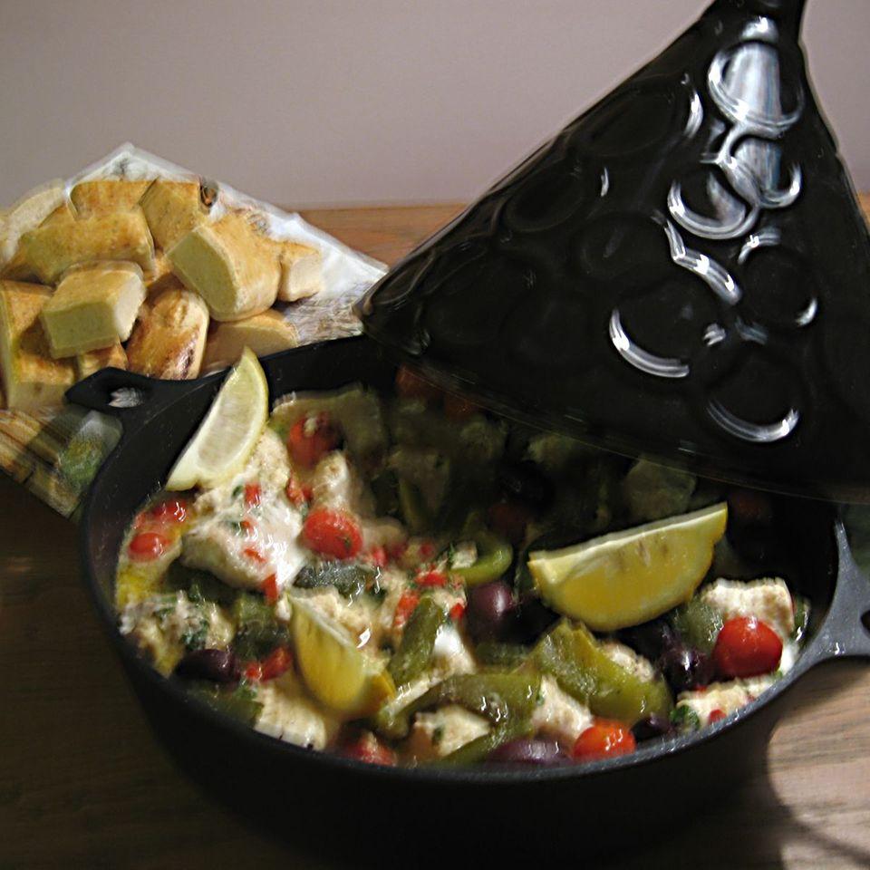 Tajine mit Seeteufel, Kartoffeln, Kirschtomaten und schwarzen Oliven