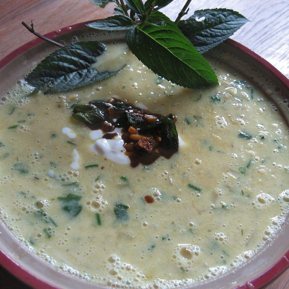 Joghurtsuppe mit Kichererbsen und Hackfleischbällchen