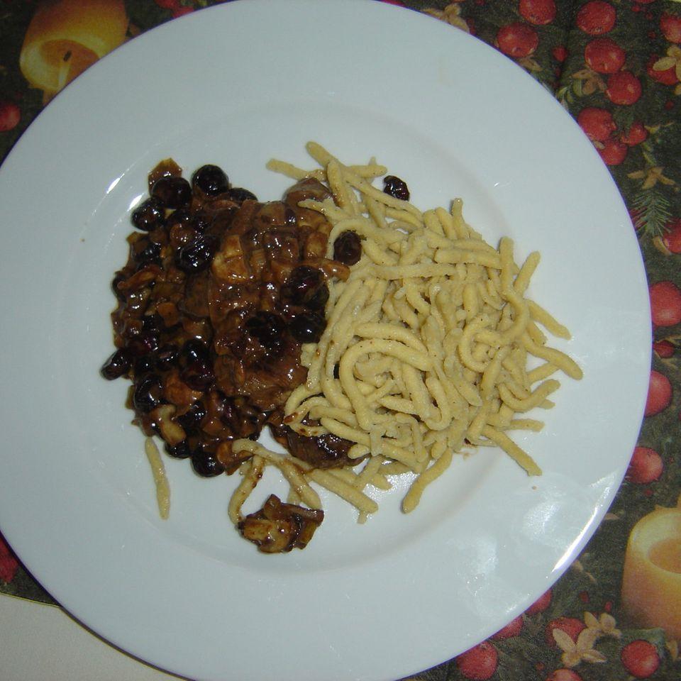 Rehmedaillons in Cranberry-Pilz-Sauce
