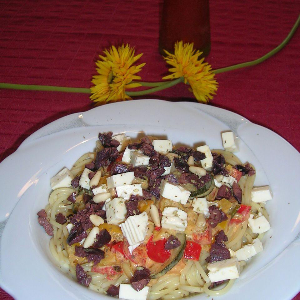 Spaghetti an mediterranem Gemüse mit Feta und Oliven