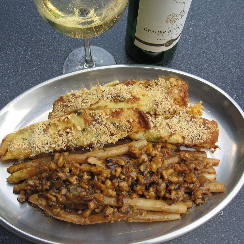 Gebratener Spargel mit Walnuss-Honig-Sauce und Ziegenfrischkäse-Crêpes