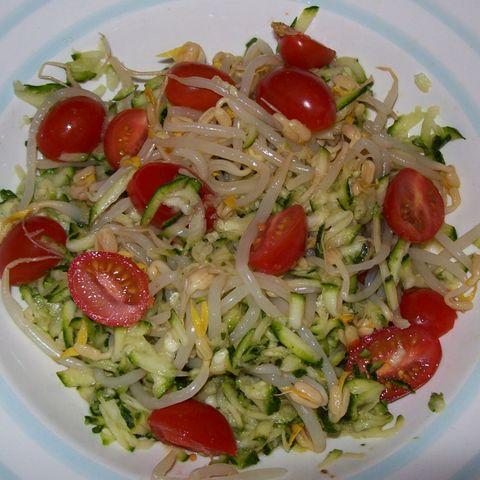 Zucchinisalat mit Sprossen