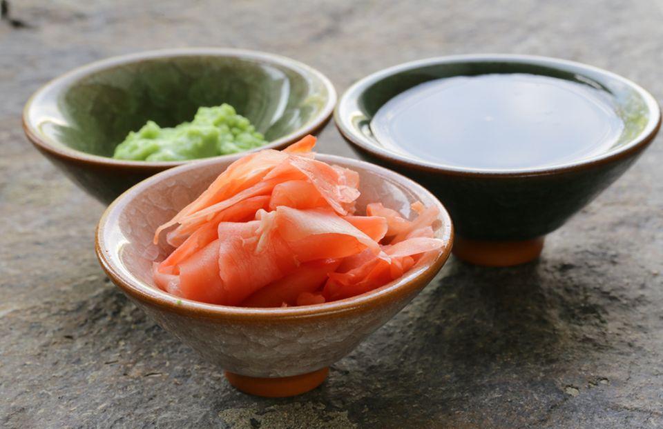 Zum Sushi wird eingelegter Ingwer, Sojasauce und Wasabi gereicht