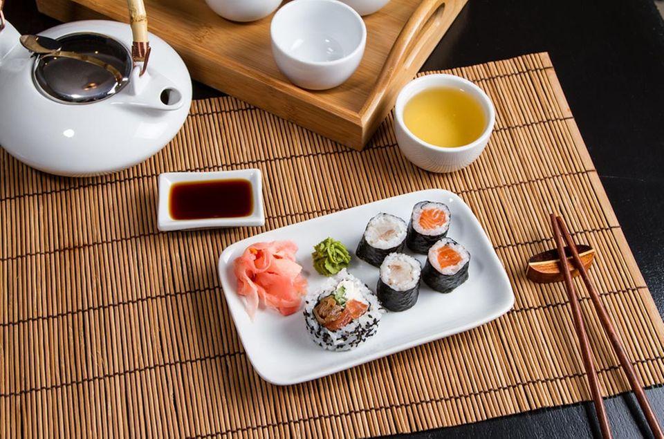 Zu Sushi wird traditionell grüner Tee getrunken.