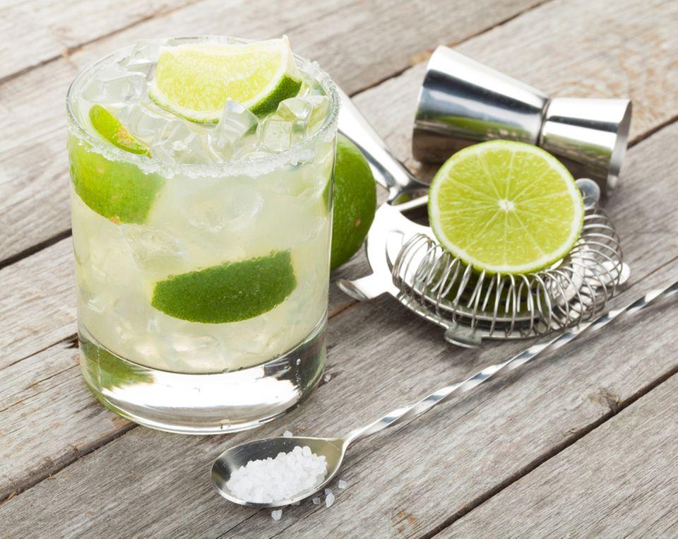 Die perfekte Kombination: Limette, Rum und Zucker auf Eis