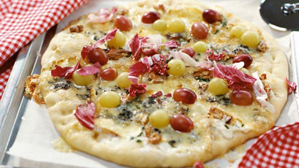 Pizza mit Trauben und Fourme d'Ambert