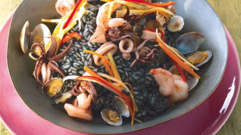 Schwarzer Risotto mit Meeresfrüchten