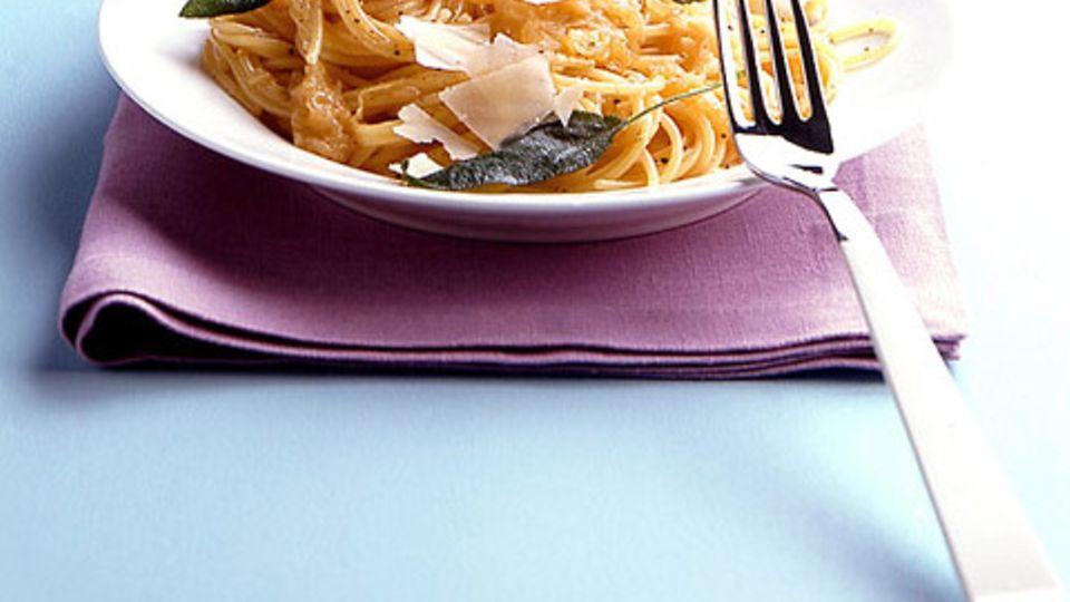 Spaghetti mit Zwiebel-Salbei-Sauce