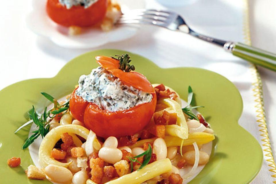 Gefüllte Tomaten auf Bohnensalat