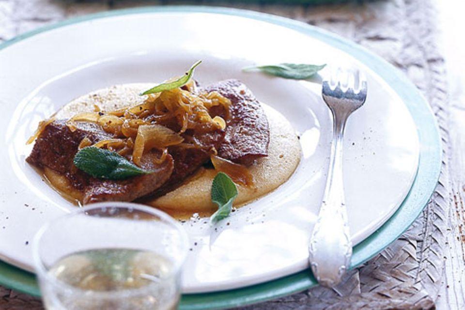 Kalbsleber mit Salbei und Zwiebeln auf cremiger Polenta