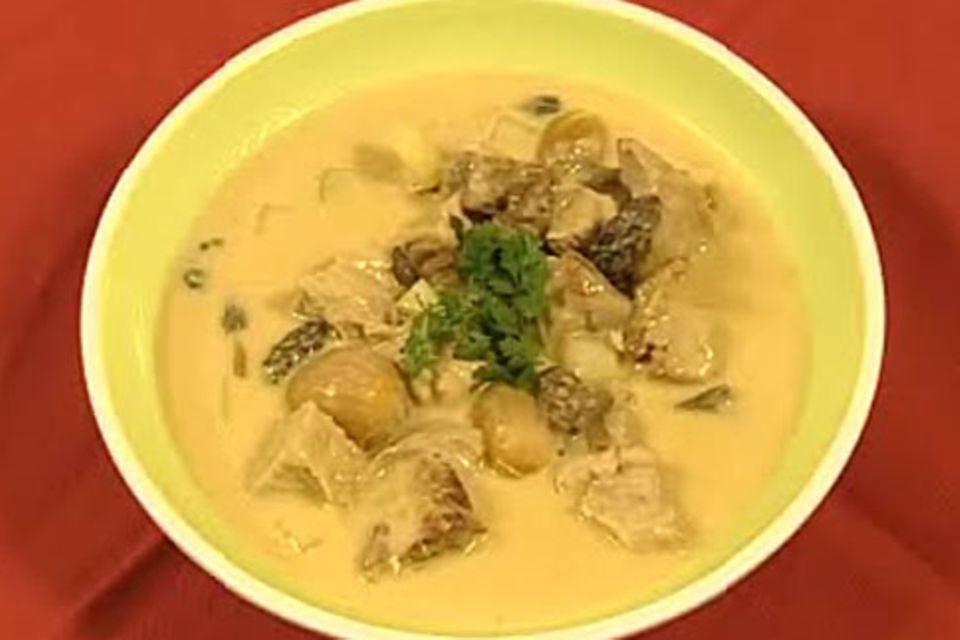 Kalbsragout mit Kohlrabi und Morcheln in Weißweinsauce