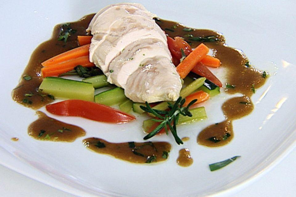 Pochierte Hähnchenbrust mit Vinaigrette-Gemüse
