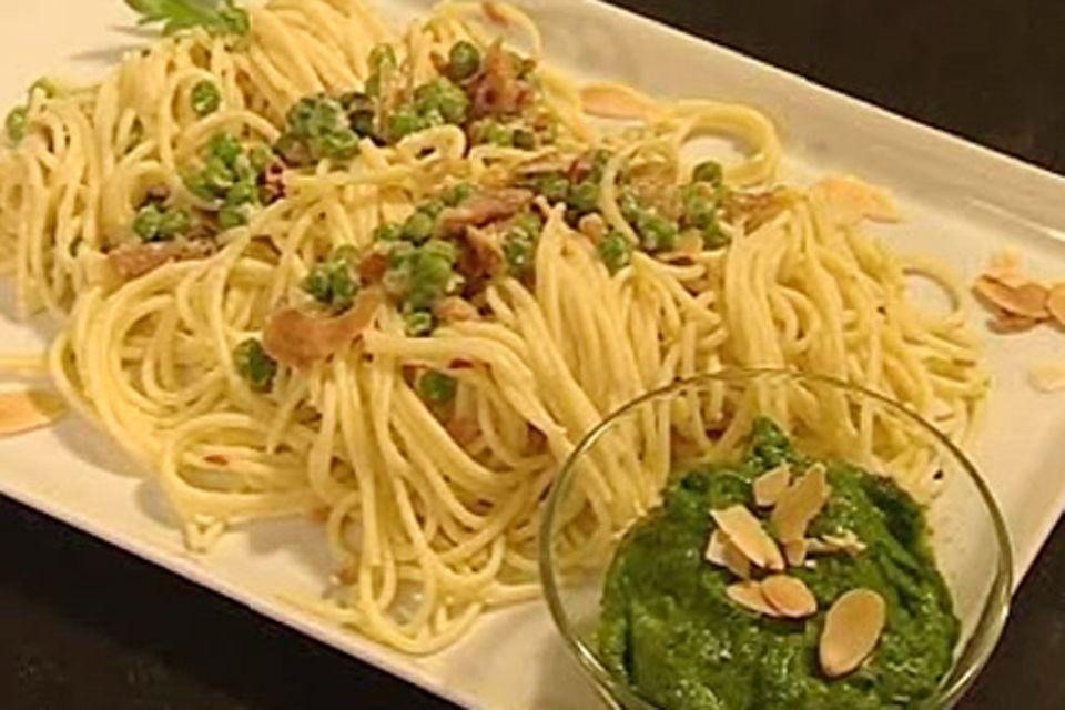 Spaghetti mit Mandelpesto, Erbsen und Schinken