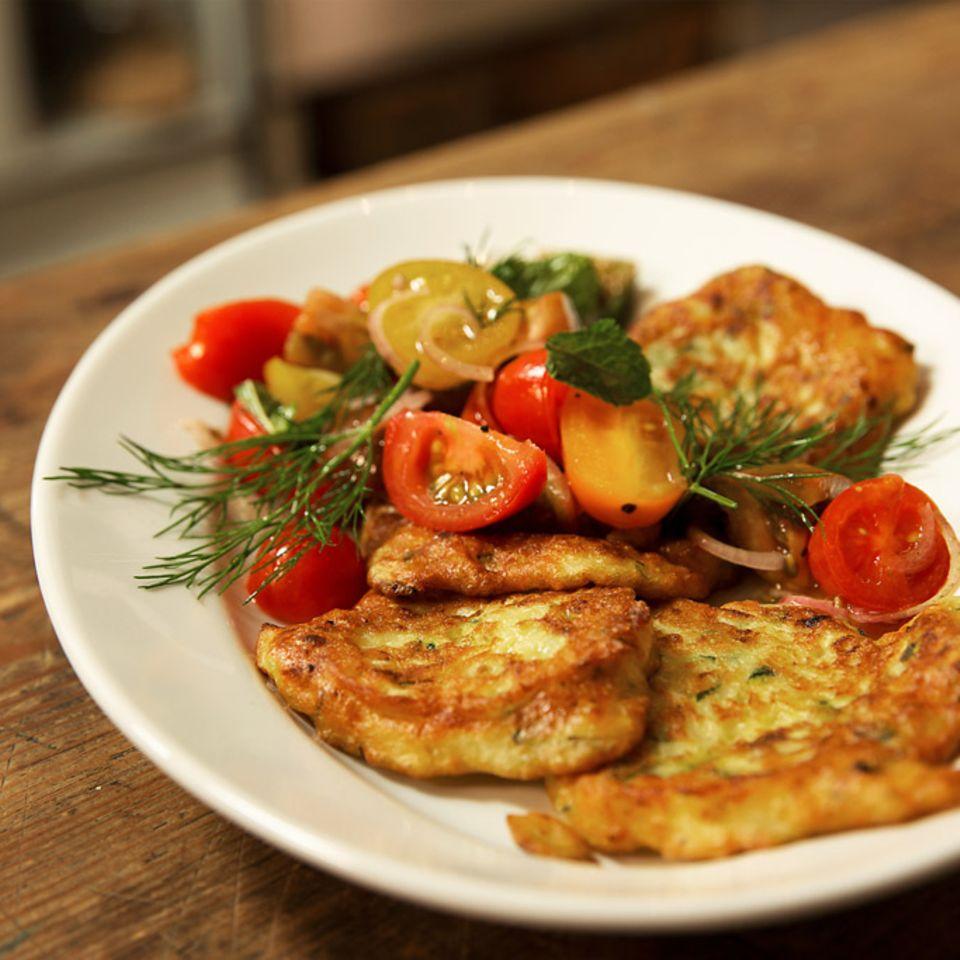 Rezept für Zucchinipuffer mit buntem Tomatensalat