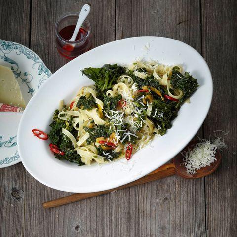 Paprikaöl, Knoblauch und Grünkohl machen diese Pasta zu ienem absoluten Genuss.