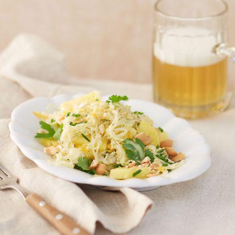 Sauerkrautsalat mit Ananas und Cashewkernen
