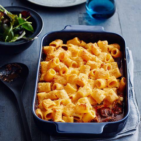 """Oben """"Mac and Cheese"""", unten Gulasch - so wird aus einem einfachen Nudelauflauf eine kleine Sensation."""