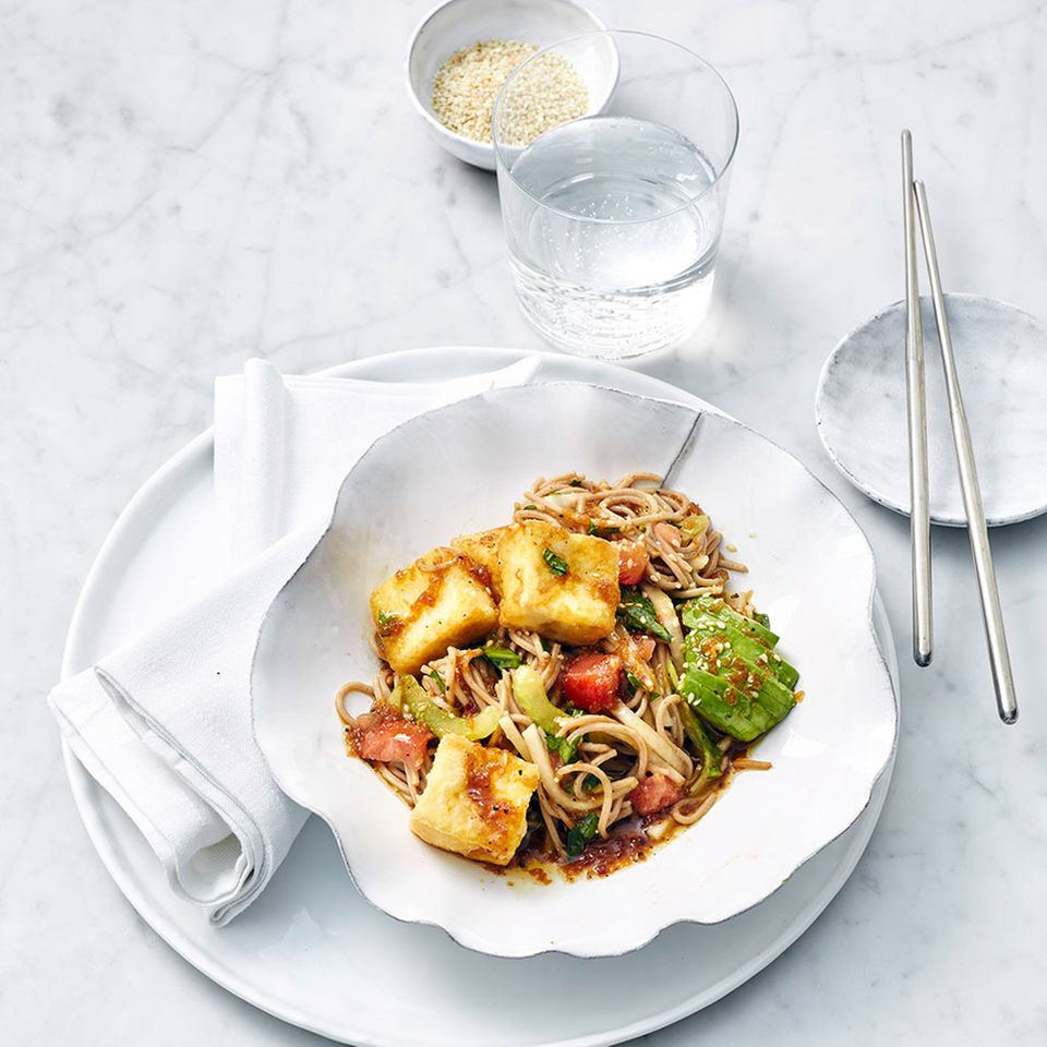 Rettich und Tomaten im Team mit Soba-Nudeln, Avocado und knusprigem Tofu - ein echter Hit!
