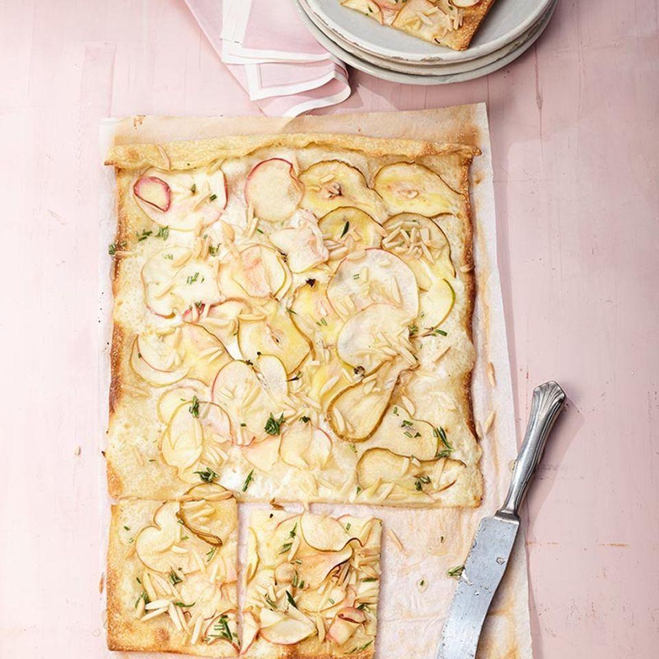 Die Elsässer Köstlichkeit kann auch süß: Apfel, Rosmarin und Zimt machen sich großartig auf dem dünnen Knusperboden.