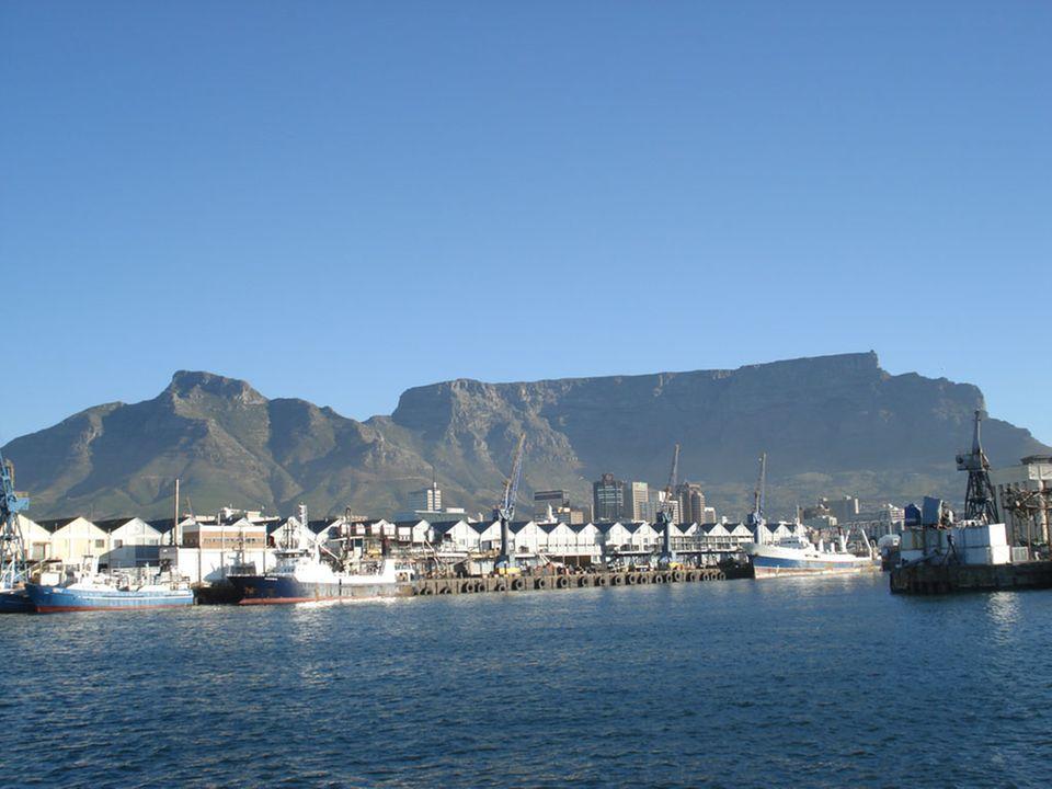 Weltbekanntes Panorama von Kapstadt: Der Hafen mit dem Tafelberg.
